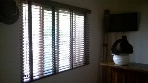 Persianas en ventana de Bar: Ventanas de estilo  por Muebles Modernos para Oficina, S.A.