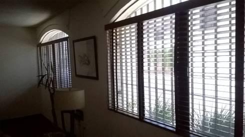 Persianas de Madera, Ventana sala.: Ventanas de estilo  por Muebles Modernos para Oficina, S.A.