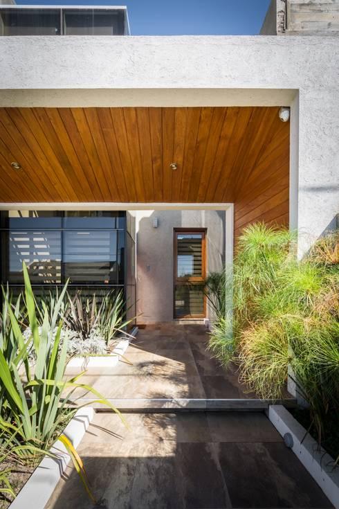 CASA MJ: Casas de estilo moderno por KARLEN + CLEMENTE ARQUITECTOS