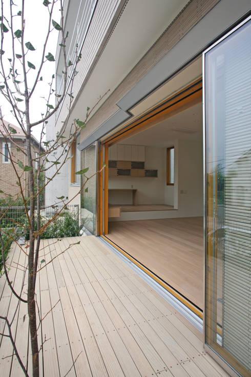 太陽の光を感じる家: 設計事務所アーキプレイスが手掛けたテラス・ベランダです。