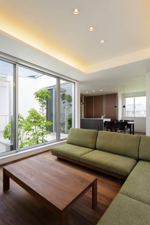 LIGHT  COURT  HOUSE: MITSUTOSHI   OKAMOTO   ARCHITECT   OFFICE 岡本光利一級建築士事務所が手掛けたリビングです。