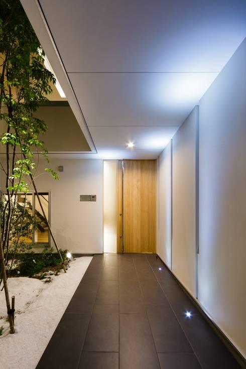 LIGHT  COURT  HOUSE: MITSUTOSHI   OKAMOTO   ARCHITECT   OFFICE 岡本光利一級建築士事務所が手掛けた廊下 & 玄関です。