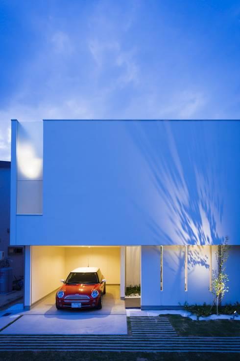 LIGHT  COURT  HOUSE: MITSUTOSHI   OKAMOTO   ARCHITECT   OFFICE 岡本光利一級建築士事務所が手掛けたガレージです。
