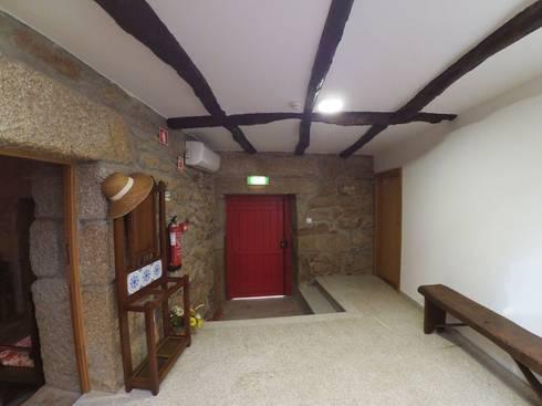 Casa de Campo das Sécias: Corredores e halls de entrada  por MHPROJECT