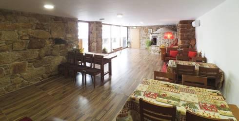 Casa de Campo das Sécias: Salas de jantar rústicas por MHPROJECT