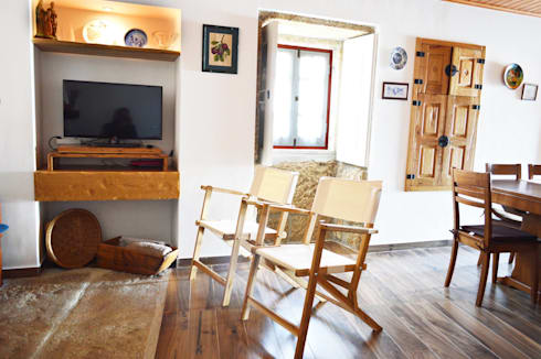 Casa de Campo das Sécias: Salas de estar rústicas por MHPROJECT