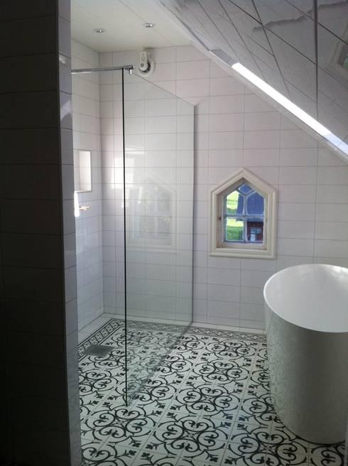 NEOCIM Décor Classic Noir A: Casa de banho  por Kerion Ceramics
