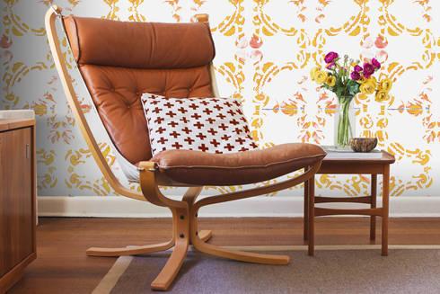 Galo Meets Azulejo Amarelo: Parede e piso  por OH Wallpaper
