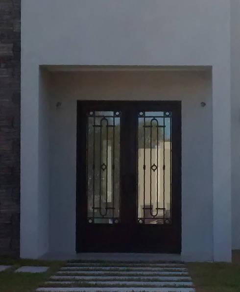 Puerta de entrada de hierro de del hierro design homify - Puertas de entrada de hierro ...