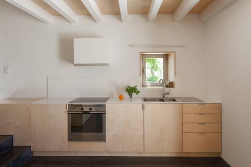 casa das Nogueiras: Cozinhas modernas por par-do