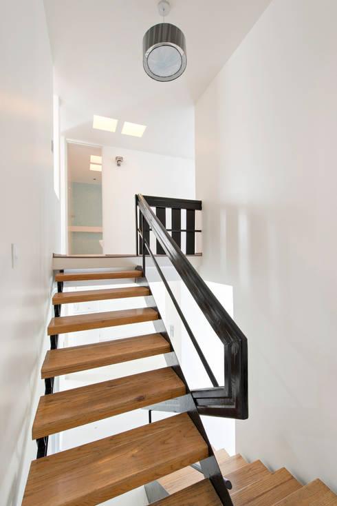 Sordo Mudo: Pasillos y recibidores de estilo  por Taller 503 / Diseños y proyectos Arquitectónicos, SA de CV
