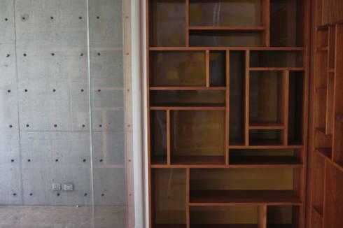 Bodega de vino y licores: Bodegas de vino de estilo escandinavo por Safari