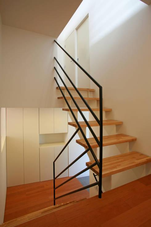 空と暮らす家(スキップフロア): 設計事務所アーキプレイスが手掛けた廊下 & 玄関です。