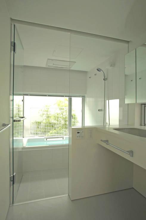 阿佐ヶ谷の家: 設計事務所アーキプレイスが手掛けた浴室です。