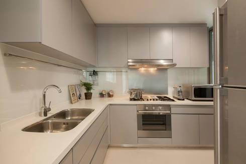 THE LIVIA: modern Kitchen by Eightytwo Pte Ltd