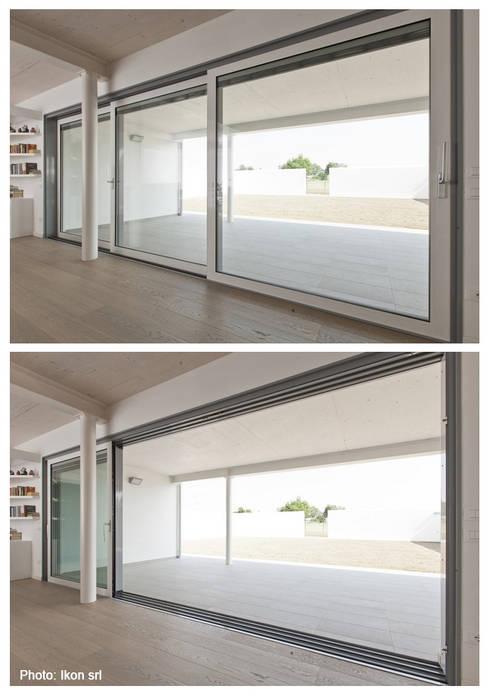 La continuità tra interno ed esterno: Finestre & Porte in stile  di Margherita Mattiussi architetto