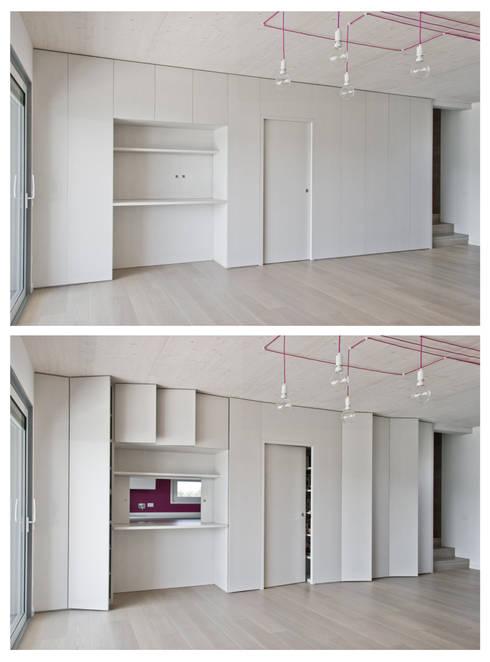 Mobile a tutta parete del soggiorno: Paesaggio d'interni in stile  di Margherita Mattiussi architetto