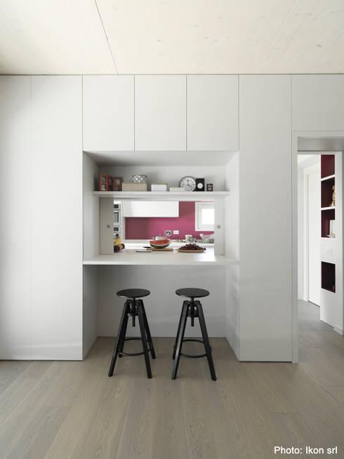 Il passavivande: Sala da pranzo in stile  di Margherita Mattiussi architetto