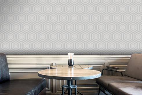 Hexágono Bege e Cinzento: Parede e piso  por OH Wallpaper