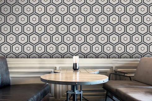 Hexágono Cinzento e Bege: Parede e piso  por OH Wallpaper
