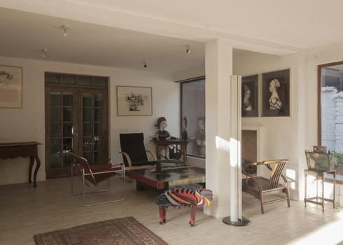vivienda + taller : Livings de estilo moderno por PARQ Arquitectura