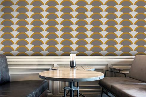 Onda Amarelo e Cinzento: Parede e piso  por OH Wallpaper