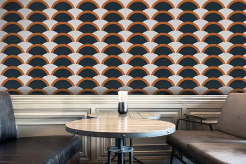 Onda Laranja e Azul: Parede e piso  por OH Wallpaper