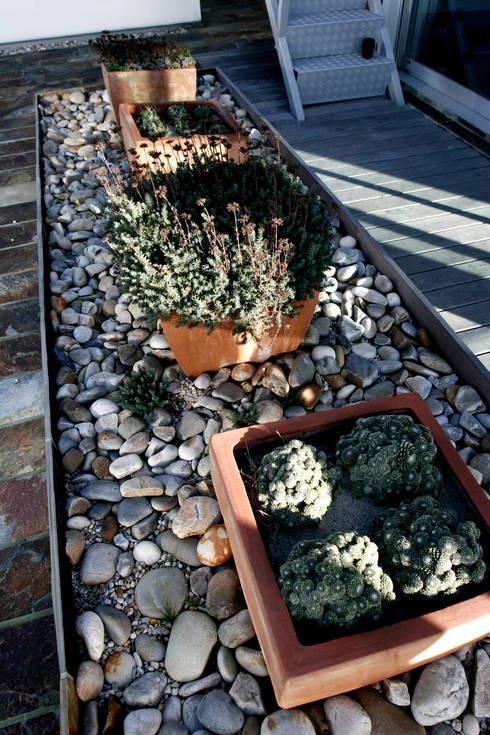 JARDIN DOMESTICO EN ALCABRE.VIGO: Jardines de estilo  de RUTH GUNDÍN VILLAR