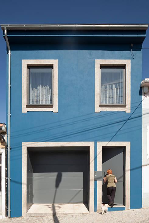 obra final - alçado frontal: Casas  por Ricardo Caetano de Freitas | arquitecto