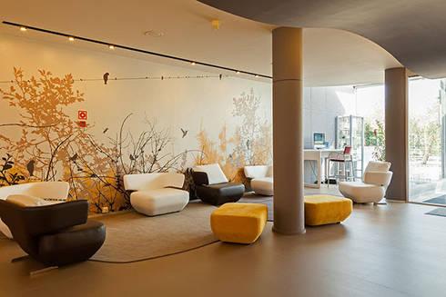 Entrada Novotel : Salas de estar modernas por Inexistencia Lda