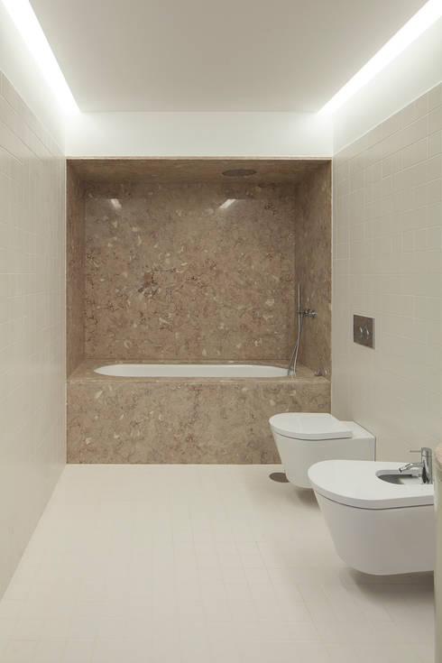 Baños de estilo ecléctico de Marta Campos - Arquitectura, Reabilitação e Eficiência Energética