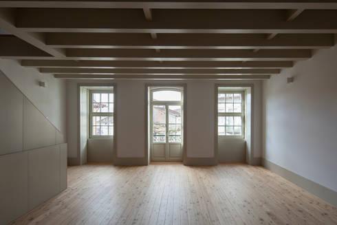 Casa das Gelosias: Salas de estar ecléticas por Marta Campos - Arquitectura, Reabilitação e Eficiência Energética