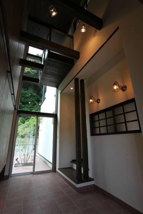 通り土間は2階の廊下から見下ろす事ができる: 有限会社 橋本設計室が手掛けた廊下 & 玄関です。