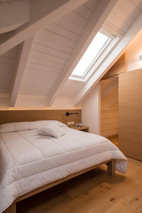 Un appartamento su due livelli: Camera da letto in stile  di Mario Ferrara