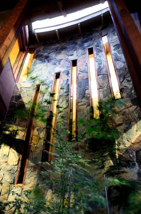 CASA CARACOL: Jardines de invierno de estilo rústico por ALIWEN arquitectura & construcción sustentable