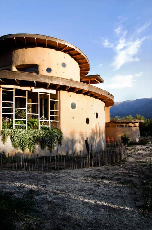 CASA CARACOL: Casas de estilo rústico por ALIWEN arquitectura & construcción sustentable