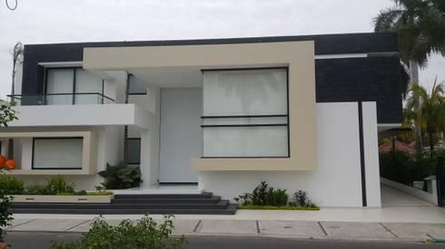 Fachada Principal.: Casas de estilo moderno por Camilo Pulido Arquitectos