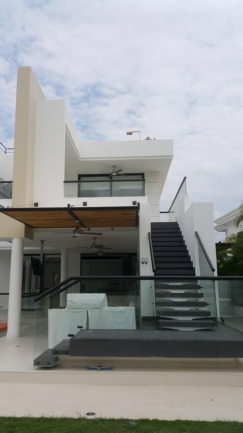 Vestíbulos, pasillos y escaleras de estilo  por Camilo Pulido Arquitectos