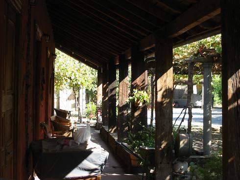 CASA CERECEDA: Pasillos y hall de entrada de estilo  por ALIWEN arquitectura & construcción sustentable