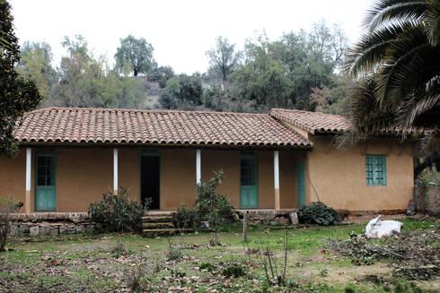 SUBSIDIOS DE REPARACIÓN PATRIMONIAL DE ADOBE: Casas de estilo colonial por ALIWEN arquitectura & construcción sustentable