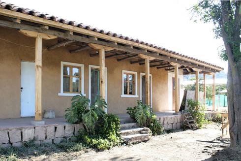 SUBSIDIOS DE REPARACIÓN PATRIMONIAL DE ADOBE: Terrazas  de estilo  por ALIWEN arquitectura & construcción sustentable