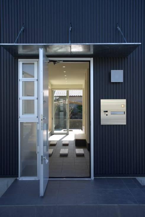 アプローチ: 有限会社 橋本設計室が手掛けた家です。