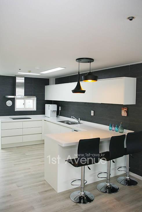 시크모던 컨셉으로 꾸며진 모노톤 인테리어 : 퍼스트애비뉴의  주방
