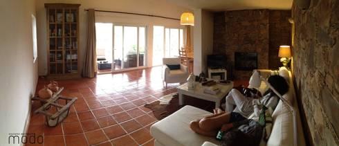 Reabilitação de moradia em Levegada: Salas de estar rústicas por Modo Arquitectos Associados