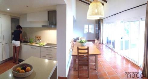 Reabilitação de moradia em Levegada: Salas de jantar rústicas por Modo Arquitectos Associados