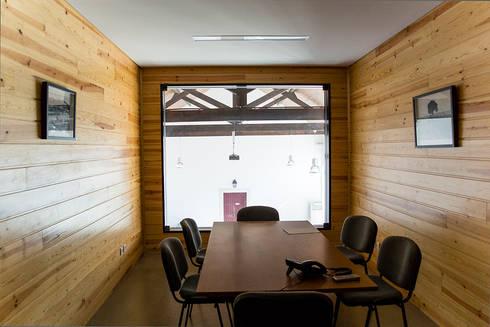 Loja da Quinta do Casal da Coelheira: Escritórios  por Modo Arquitectos Associados