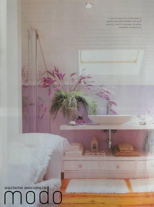 Reabilitação de moradia em Mouriscas: Casas de banho rústicas por Modo Arquitectos Associados