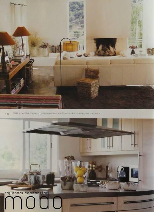 Reabilitação de moradia em Mouriscas: Cozinhas rústicas por Modo Arquitectos Associados