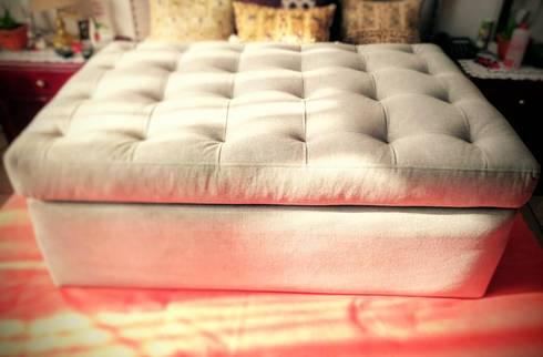 Taburete capitonado: Hogar de estilo  por Estilo en muebles