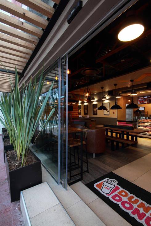 Dunkin' Donuts Tecamachalco: Ventanas de estilo  por Metro arquitectos